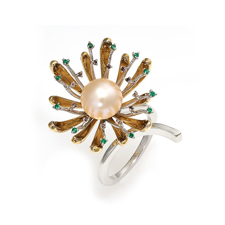 Ring white and yellow gold 18kt brilliant cut diamonds 0,12ct and sapphires 0,18ct Japanese Pearl